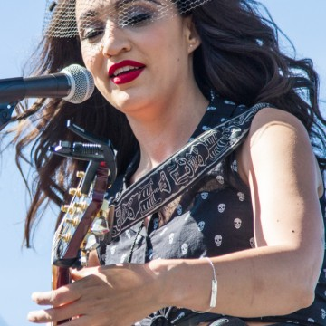 "<p>Lindi Ortega charms the crowd.</p> <div class='CatablogPhotoGalleryCredit'><a href='http://rickmendoza.com' target='_blank'>Photo: Rick ""Rocket"" Mendoza</a></div>"